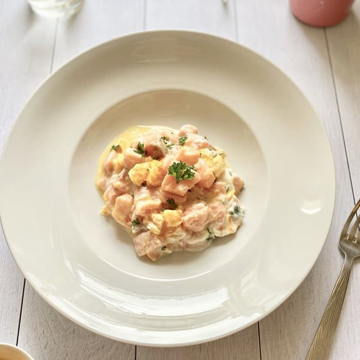 tartare saumon agrume et skyr dans assiette blanche