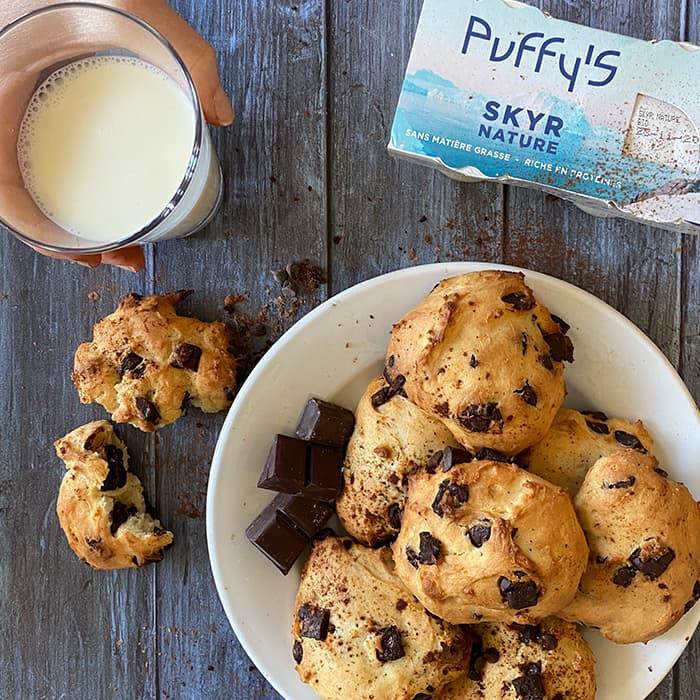goûter avec des cookies au SKYR Puffy's et un verre de lait