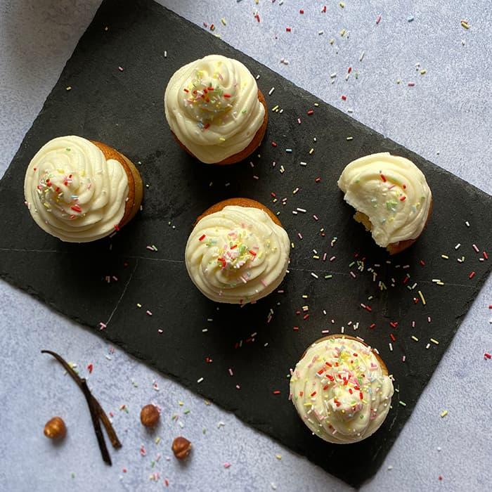 cupcake avec glacage skyr sur une ardoise