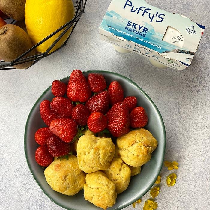 biscuits skyr Puffy's avec bol de fraises